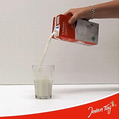 Jeden Tag Milch einschenken